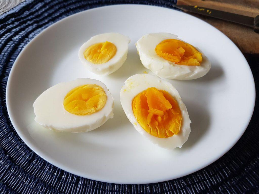 Miért sárgább a házi tojás